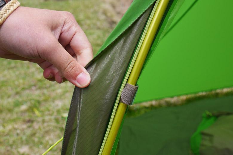 Het buitendoek heeft tal van klittenband lusjes die bij veel wind het buitendoek netjes op zijn plek houden.