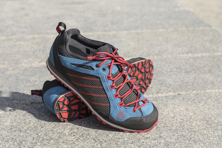 De Hanwag Makra Urban is een lage A/B-wandelschoen voor dagelijks gebruik en lichte wandelingen. Wordt dit de schoen voor je volgende citytrip? Lees de review.