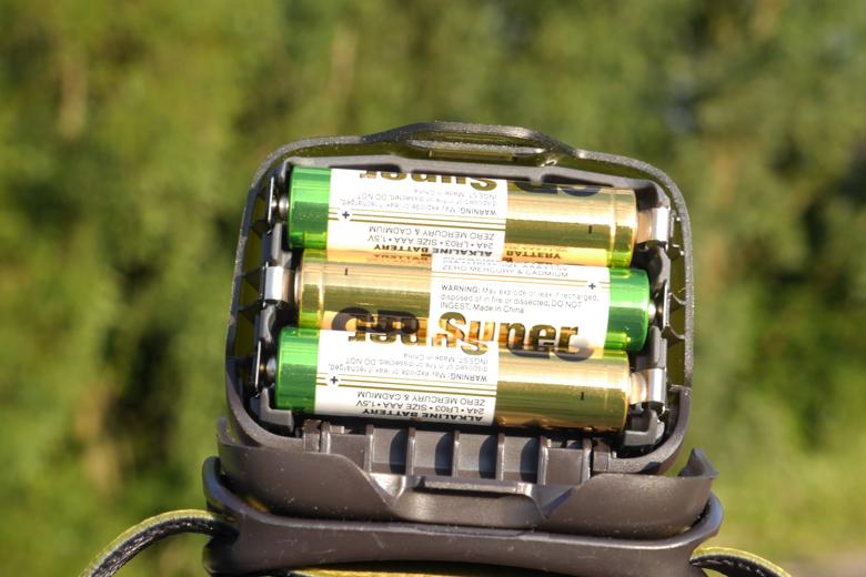 De stroom haalt de Petzl Actik uit 3 AAA batterijen of uit de oplaadbare Petzl Core accu.