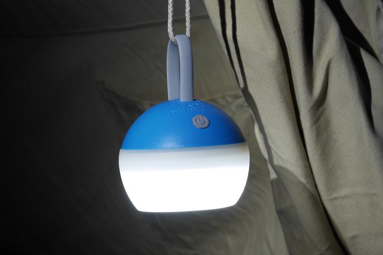 De Rubytec Bulb heeft een klein knopje om hem aan en uit te zetten. Ook bedien je hiermee de drie verlichtingsstanden.