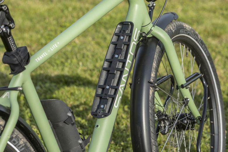 Santos heeft de bevestigingspunten en de buisdikte van de Santos Travel Lite+ E-Bike daar waar de accu zit, extra zwaar gemaakt.