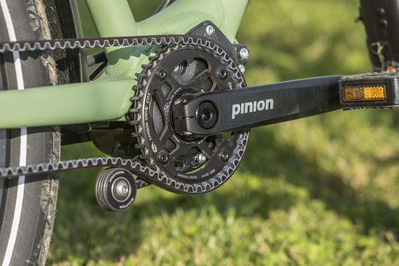 Met een wieltje op de Santos travel Lite+ E-Bike breng je de riem op de juiste spanning.