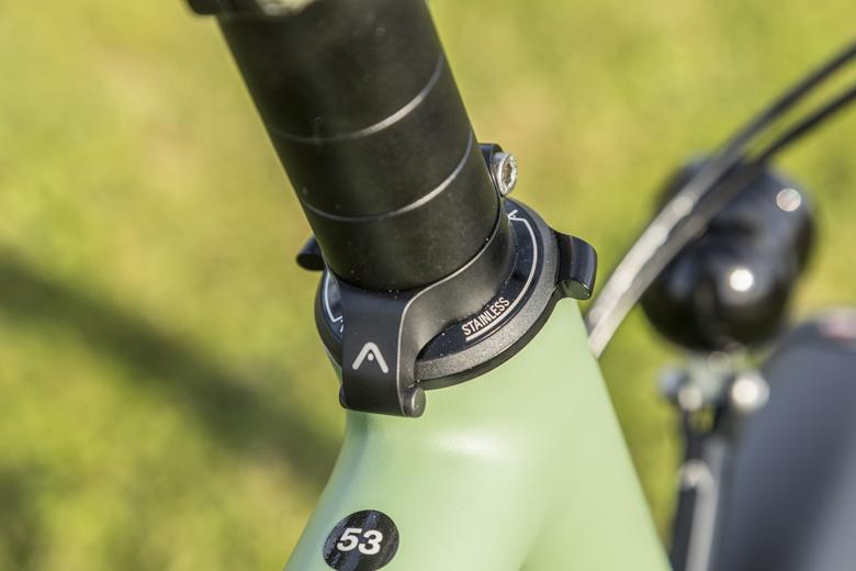 De Santos stuuruitslagbeperker voorkomt dat het stuur van de Santos Travel Lite+ E-Bike te ver kan doorklappen en daarmee schade aan bovenbuis kabels.