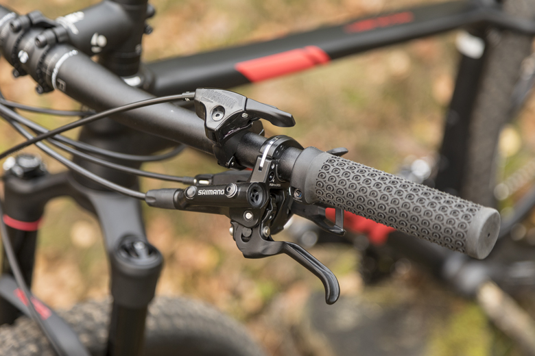 The brake levers ProCaliber 8 have short grasps. The distance from the lever to the handlebar is with a inbusboutje to adjust.