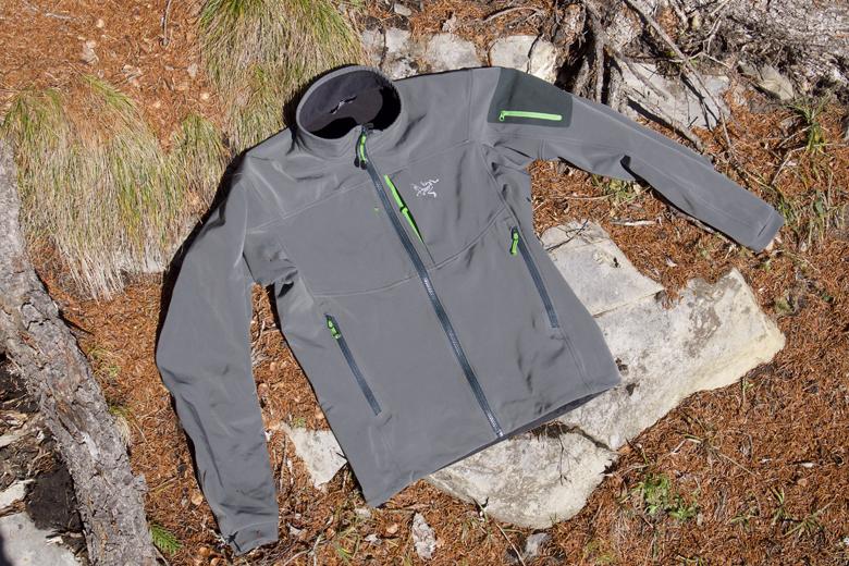 Het Arc'Teryx Gamma MX Jacket is een softshell jack dat dik genoeg is voor koudere dagen.