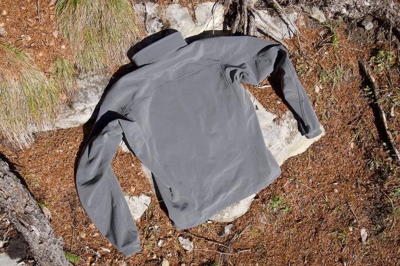 Het Arc'Teryx Gamma MX Jacket is is aan de achterzijde iets langer dan de aan de voorzijde.