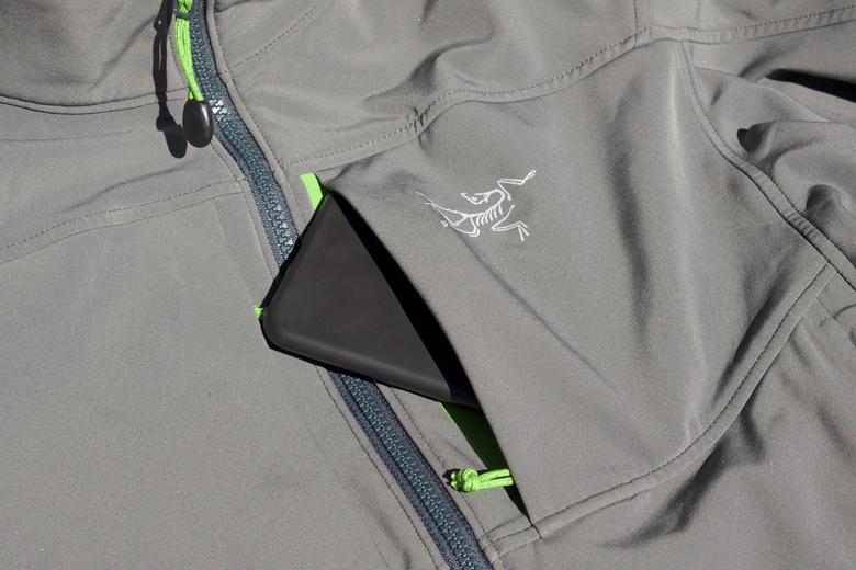 De borstzak van het Arc'Teryx Gamma MX Jacket is heel mooi uitgevoerd.