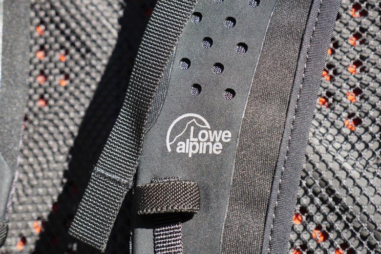 Goede geldingslussen voor de drinkslang en ventilatie in de schouderbanden van de Lowe Alpine Aeon 27.