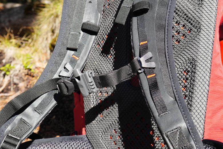 De borstband op de Lowe Alpine Aeon 27 is prima verstelbaar en heeft een fluitje.