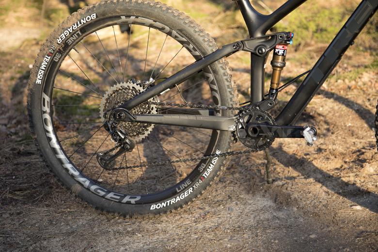 De Trek Fuel EX 9.9 is een 29-er en voorzien van carbon velgen.