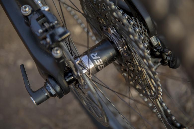 De Bontrager Boost 140 achternaaf op de Trek Fuel EX 9.9 heeft een 15 mm as.