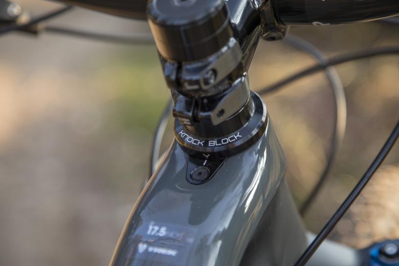 Knock Block voorkomt dat de voorvork in het frame van de Trek Fuel EX 9.9 kan klappen.