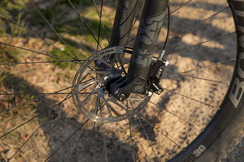 Voor en achter heeft de Trek Fuel EX 9.9 een 180 mm schijf en klauwen met 4 zuigers.