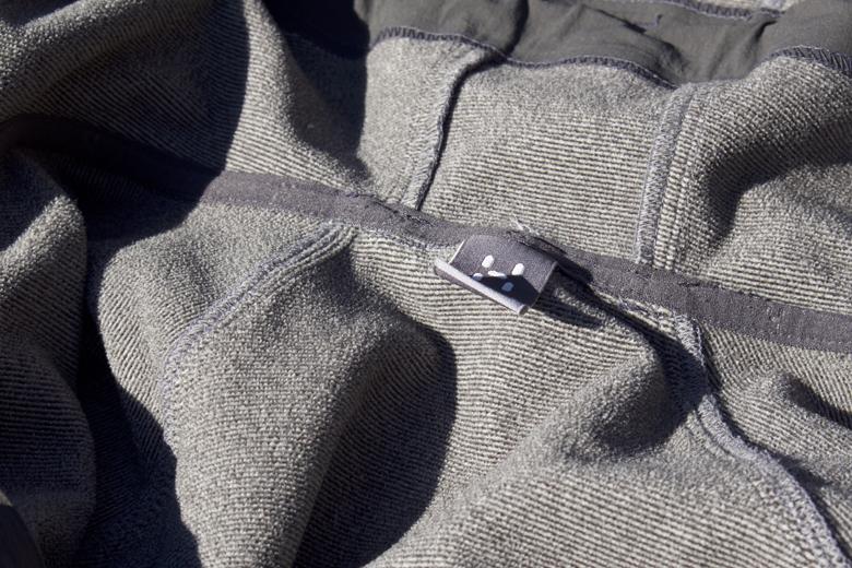 Het Häglofs Gecko Hood jack is gemaakt van 48% polyster, 40% polyamide, 8% elastan en 4% poly-urethaan. De binnenzijde is heerlijk zacht.