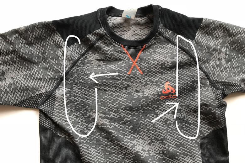 De schouderbanden van de rugzak zie je duidelijk in het Odlo Blackcomb Evolution shirt.