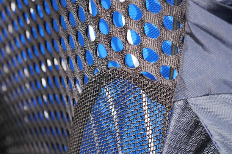 De gehele rug, schouderbanden en heupband van de Osprey Atmos AG 50 is van mesh.