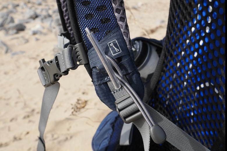 De 'Stow-on-the-Go' stokbevestiging op de schouderband van de Osprey Atmos AG 50.