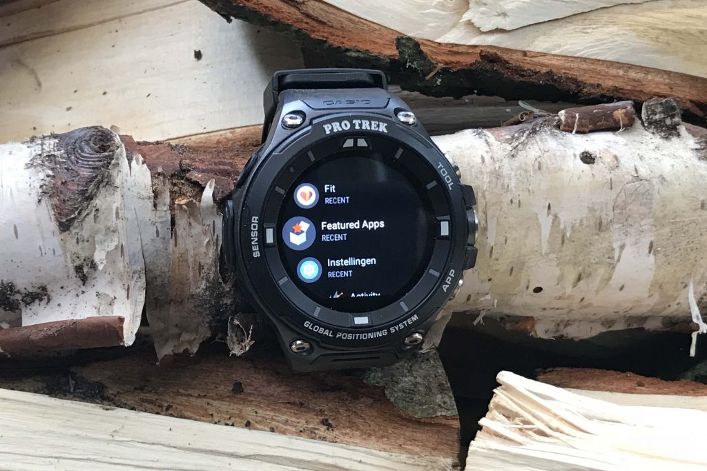 Achter de middelste knop van de Casio Pro Trek WSD-F20 zitten heel veel apps onder vingerbereik.