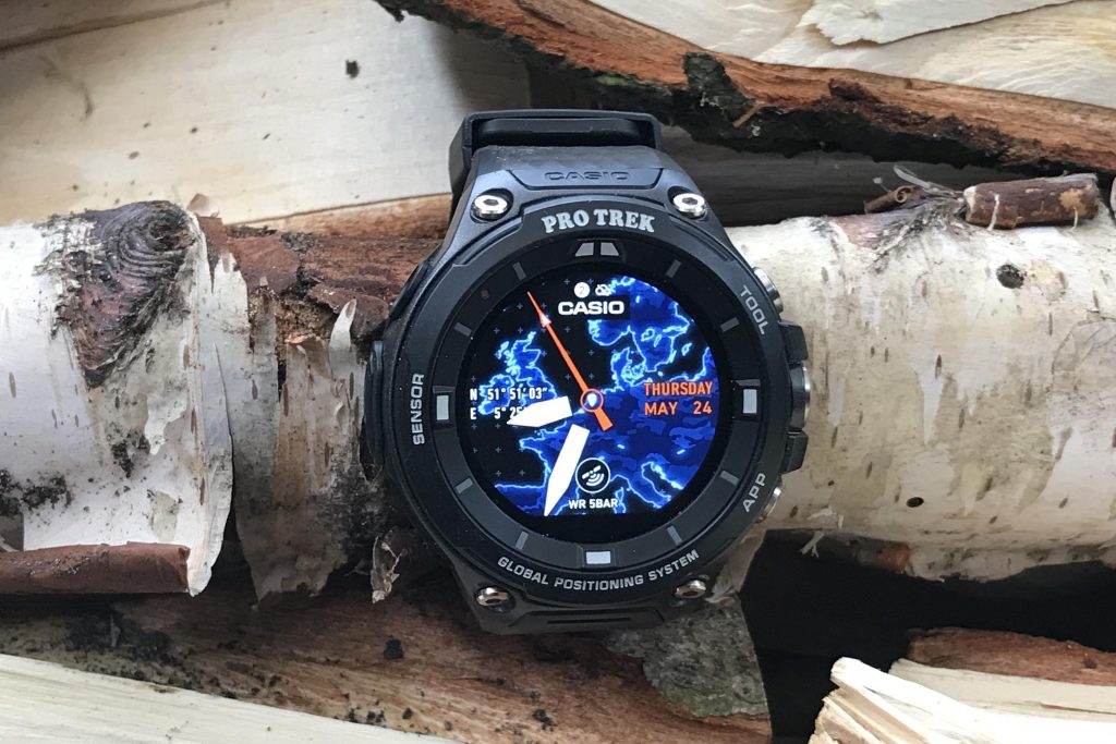 De Casio Pro Trek WSD-F20 is een imposant horloge. De kast heeft een diameter van 57 mm en is 15,6 mm dik.