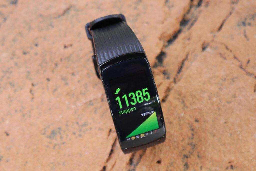 De stappenteller van de Samsung Gear Fit 2 Pro is elke dag de grootste uitdaging: je wil iedere dag verder.