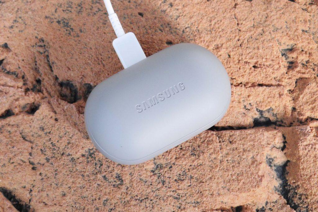 Het doosje en de oortjes van de Samsung Gear Fit 2 Pro laad je op middels een USB-snoertje. Vol levert tussen de 5 en 7 uur speeltijd op.
