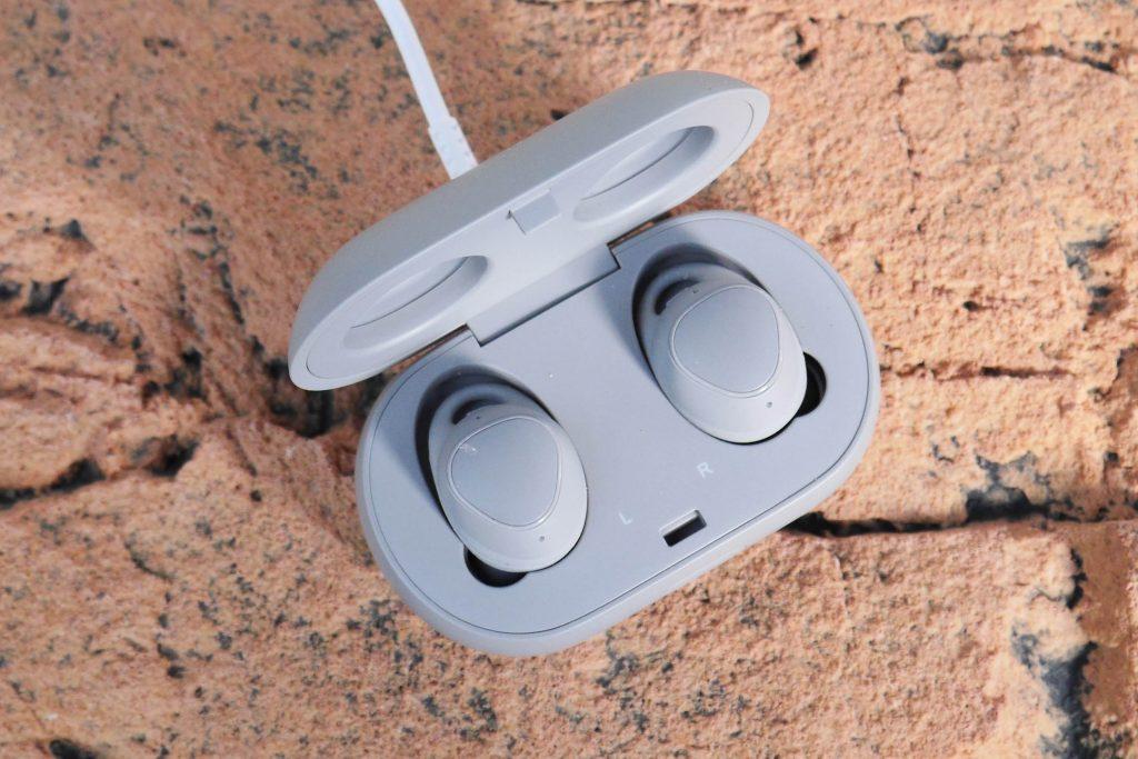 Het doosje en de oortjes van de Samsung Gear Fit 2 Pro laad je op middels een USB-snoertje.