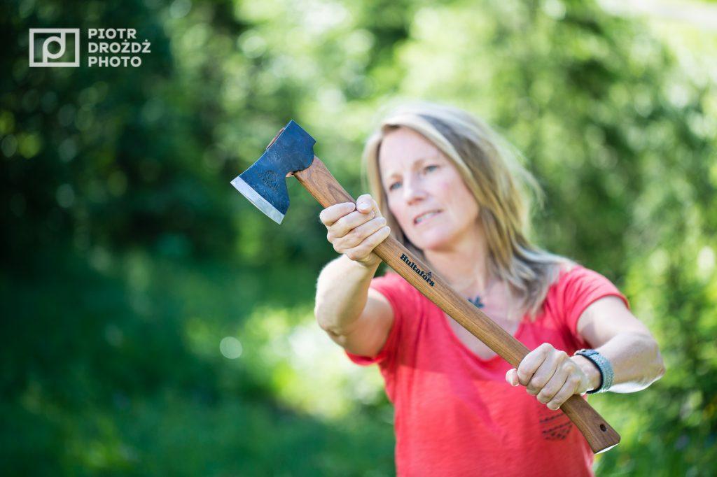Sara Wänseth - SOG -neemt de honneurs waar voor fotograaf Piotr Drozdz met de Hultafors Åby Forest Axe.