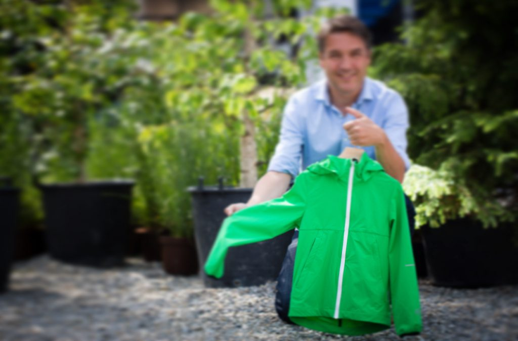 Het Reima Anti-Mosquito Jacket met de organisator achter de awards: Matthias Assmann.