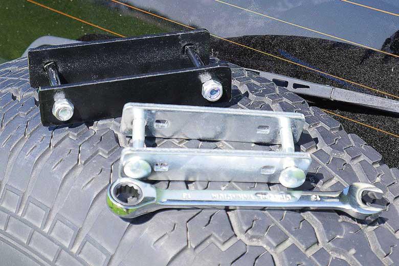 Opjeautoslapen.nl levert goed bevestigingsmateriaal bij de Hopper en de 17Miles en een ratelsleutel. Het zwarte bracket is eigen fabrikaat.