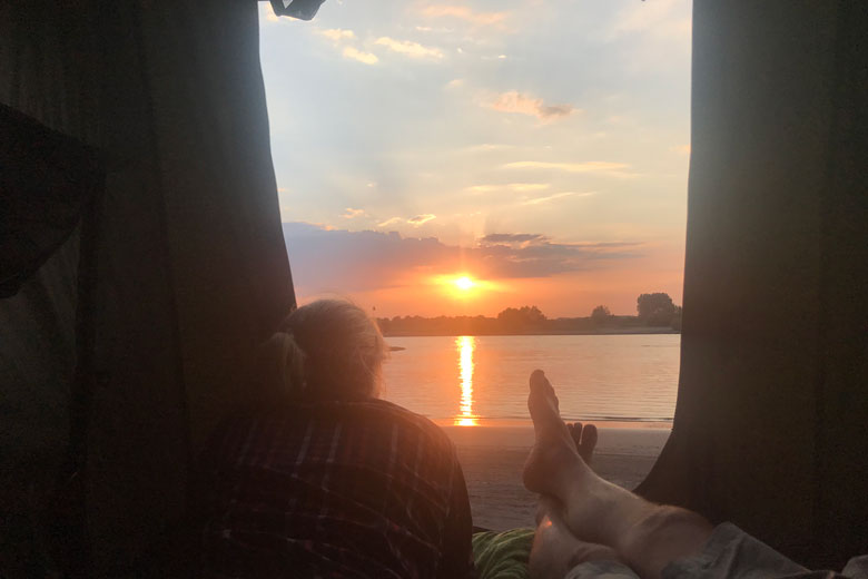 Dit is toch waar het om gaat: de Hopper bij zonsondergang ergens aan de Waal.