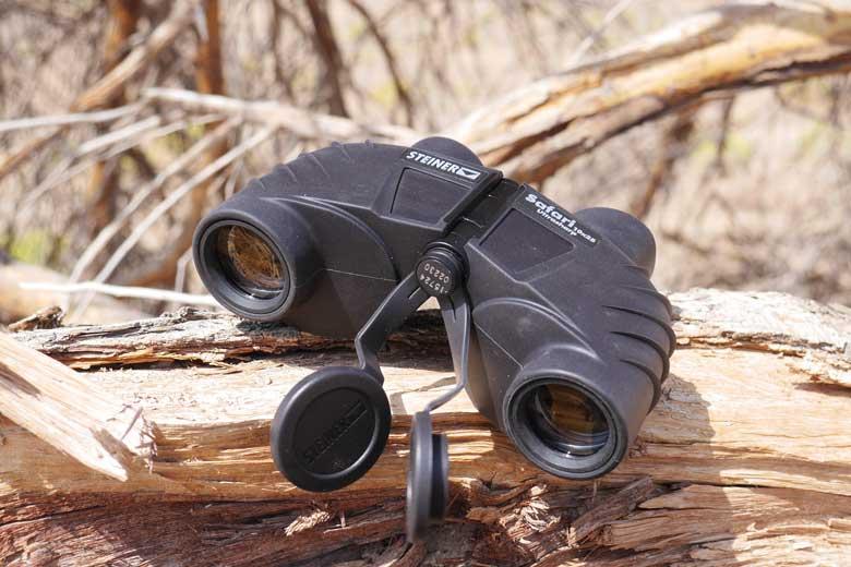 De Steiner Safari Ultrasharp 10X25 wordt geleverd met rubber beschermdoppen aan de beide zijden.
