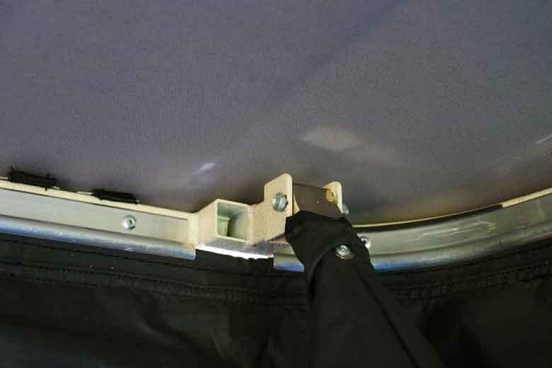 De armen en de gasveren zitten stevig aan een metalen frame van de 17Miles daktent.