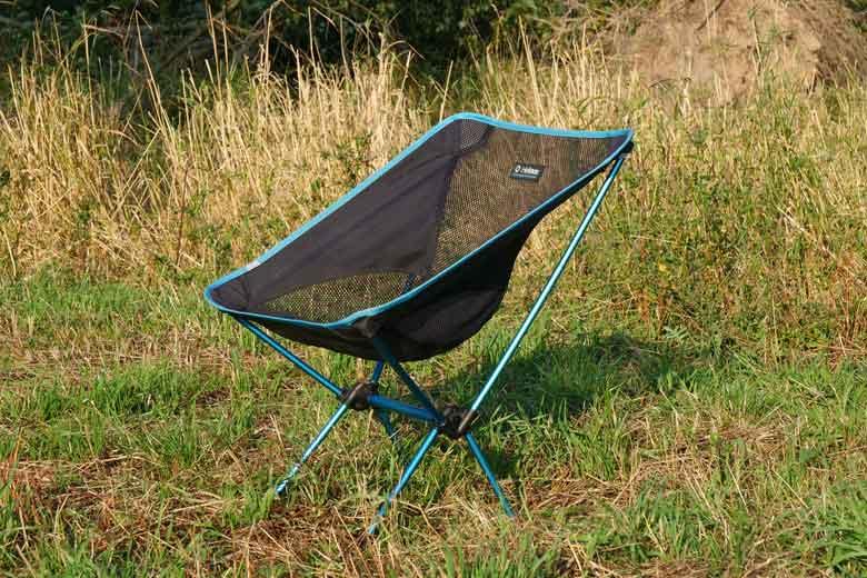 De vorm van de Helinox Chair One is die van een comfortabele luie stoel.