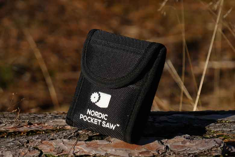 The Nordic Pocket Saw pouch is made of a Nylon fabric and has a lid that closes with a piece of Velcro.