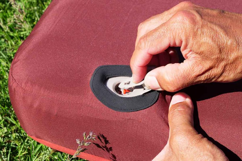 Push the 'arrow' in the valve and the sleeping pad deflates.