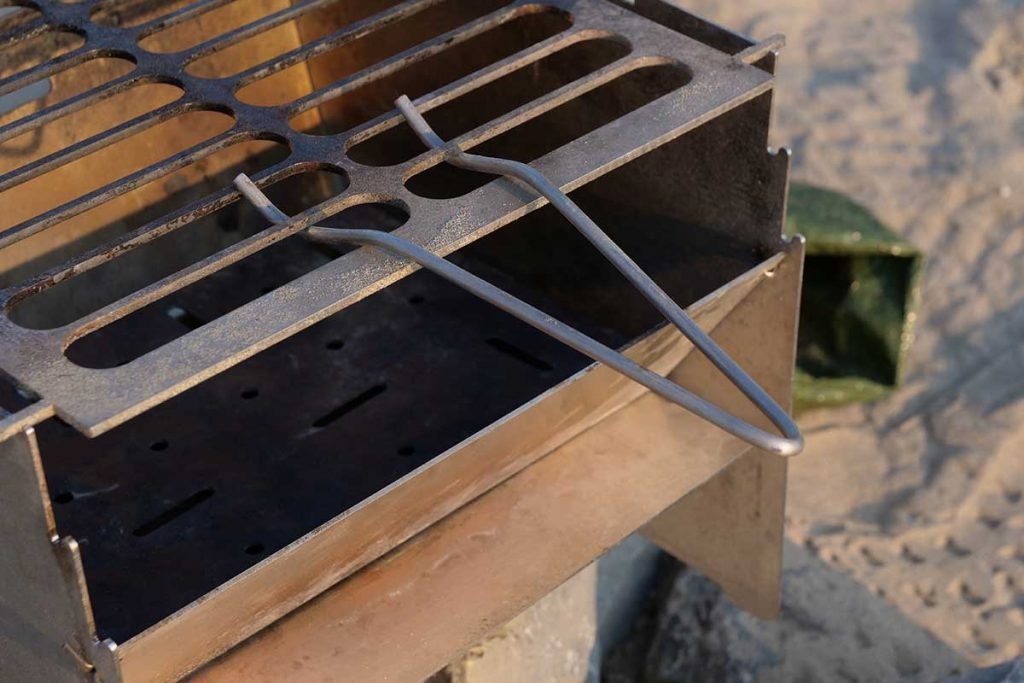 The handle of 'my' CamperGlück Foldable Grill MKG 1 is handmade from wire.