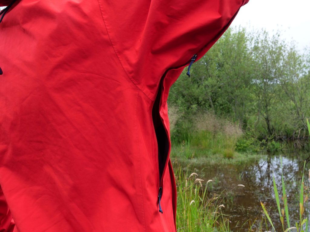 The huge zippers under the armpit help ventilate when the weather is half-sun-half-rain.