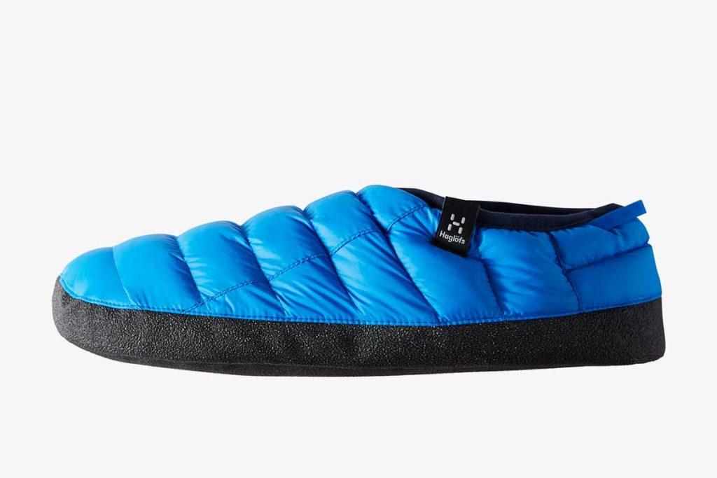 Wat doe je met de restjes stof die overblijven bij de fabricage van een jas? Het outdoor merk Haglöfs maakt er gewoon warme sloffen van.
