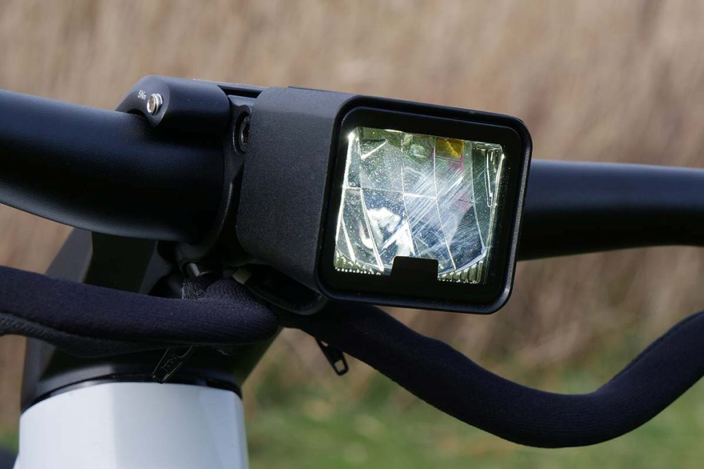 The head light provides 900 lumen in high beam and 600 lumen in low beam.