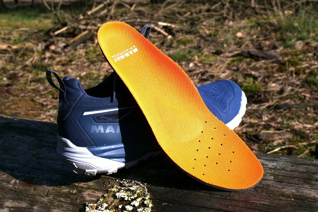 The insole has a ergonomic shape and the punctures help sweet control.