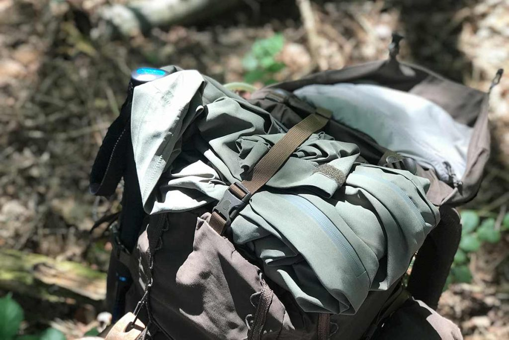 Under the strap you can store for example a tent or a hardshell.