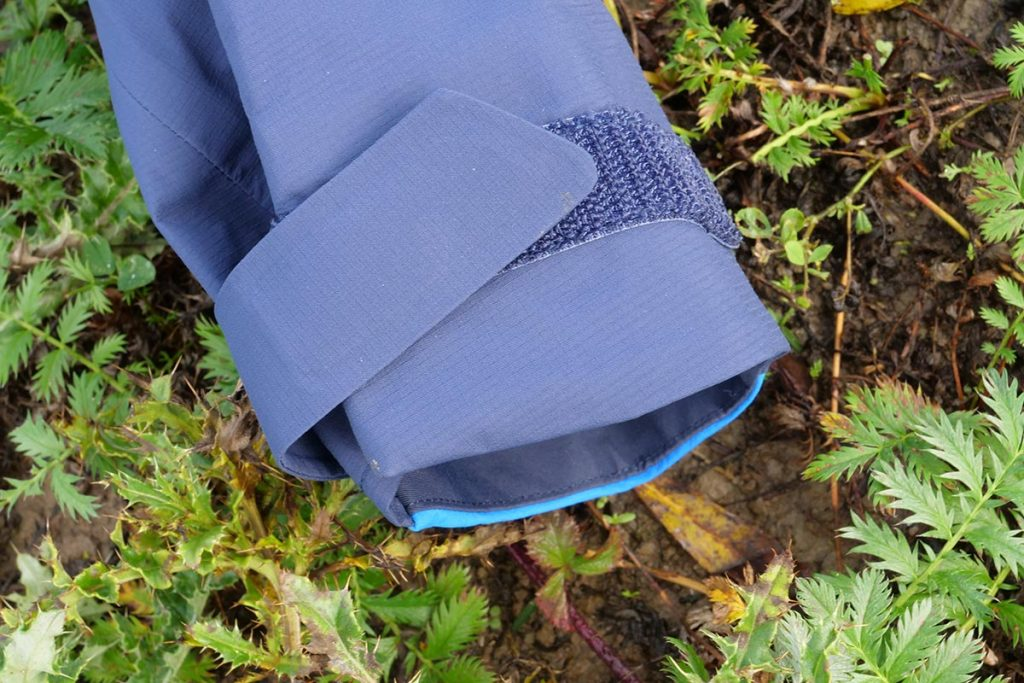 The cuffs are closed with Velcro, the hooks of which are skin and fabric friendly.