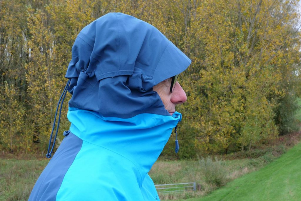 The collar on the Vaude Croz 3L Jacket III is high and fits well over the chin.