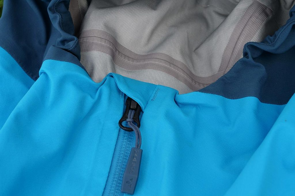 The Vaude Croz 3L Jacket III has a zipper garage and large pulling tabs.